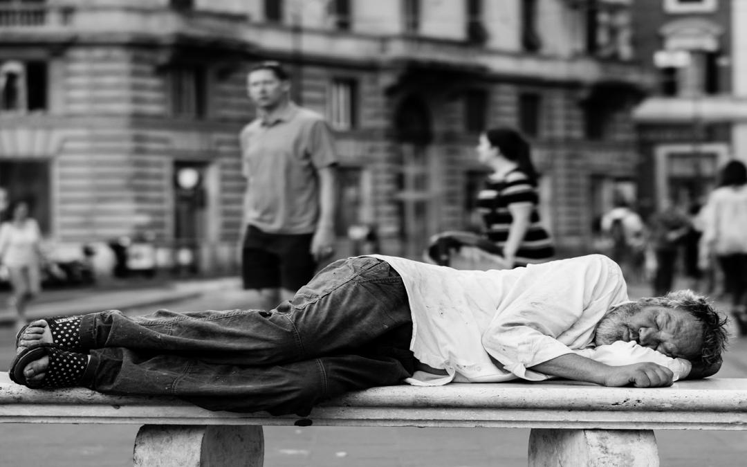Senza distinzione di povertà. Tutelare chiunque resti indietro